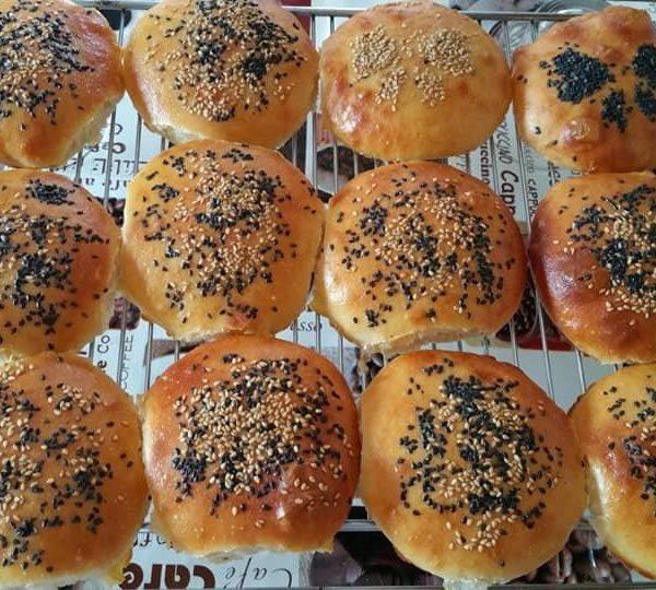 Pan de hamburguesas con leche aromatizada con canela y piel de limón